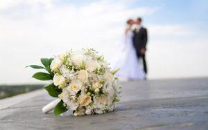 l'immagine va contestualizzata: gli sposi davanti all'ospedale possono generare un dubbio in chi guarda
